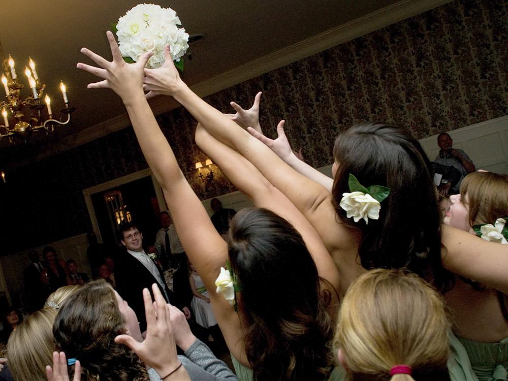 bouquet-toss